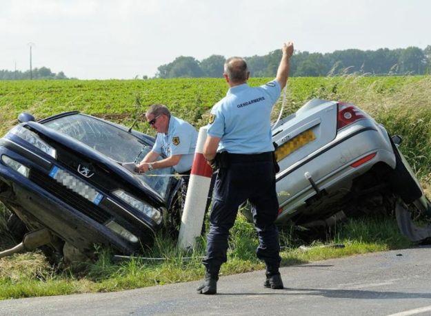 548356-des-gendarmes-pres-de-deux-voitures-accidentees